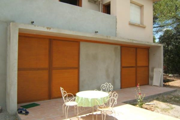 porte de garage marron en bois